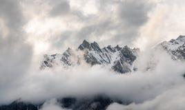 Pico de montaña y ambiente nublado del misterio por la mañana en invierno fotografía de archivo