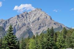 Pico de montaña y cielo azul en Banff Imagen de archivo