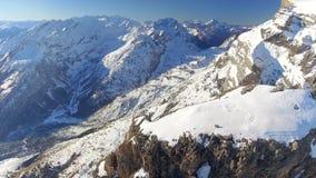 Pico de montaña y valle profundo almacen de metraje de vídeo