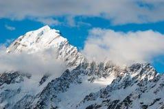 Pico de montañas con el cocinero del soporte del cielo azul. Nueva Zelanda Fotografía de archivo libre de regalías