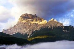 Pico de montañas de las dolomías en la puesta del sol Fotos de archivo libres de regalías