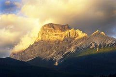 Pico de montañas de las dolomías en la puesta del sol Fotografía de archivo libre de regalías