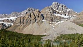 Pico de montanha acima do lago - panorama Foto de Stock Royalty Free