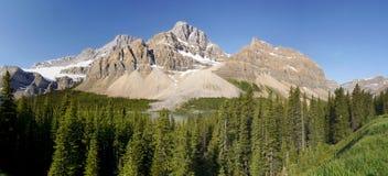 Pico de montanha acima do lago - panorama Fotos de Stock Royalty Free