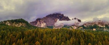 Pico de montanha através das nuvens Fotos de Stock Royalty Free