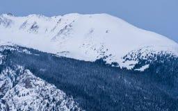 Pico de montanha, com neve e um céu cinzento foto de stock royalty free