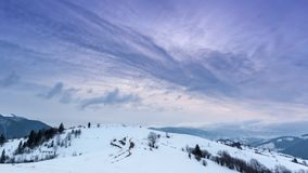 Pico de montanha com o sopro da neve pelo vento Paisagem do inverno Dia frio, com neve video estoque