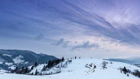 Pico de montanha com o sopro da neve pelo vento Paisagem do inverno Dia frio, com neve vídeos de arquivo