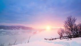 Pico de montanha com o sopro da neve pelo vento Paisagem do inverno Dia frio, com neve filme