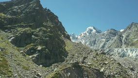 Pico de montanha da vista panorâmica Neve do pico de montanhas da paisagem da vista superior video estoque