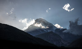 Pico de montanha de Kazbeg no por do sol fotos de stock royalty free