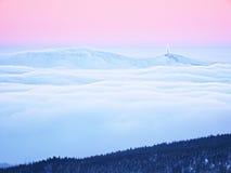 Pico de montanha do inverno com o obervatório acima da névoa Imagem de Stock