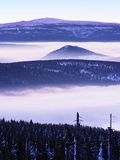 Pico de montanha do inverno com o obervatório acima da névoa Fotos de Stock