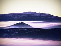 Pico de montanha do inverno com o obervatório acima da névoa Fotografia de Stock Royalty Free