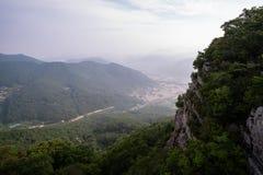 Pico de montanha e vila pequena Imagem de Stock