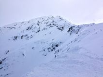 Pico de montanha em um dia nebuloso Fotos de Stock