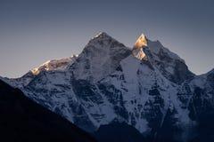 Pico de montanha em um nascer do sol da manhã, passeio na montanha de Kangtega da região de Everest foto de stock