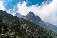 Pico de montanha de Fansipan a montanha a mais alta no céu azul e na névoa de opinião bonita do contexto de Indochina na cidade d fotos de stock royalty free