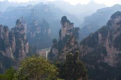 Pico de montanha irreal no amanhecer Fotos de Stock