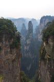 Pico de montanha irreal no amanhecer Imagens de Stock