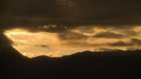 Pico de montanha na sombra e nas nuvens vídeos de arquivo
