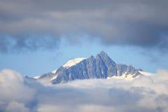 Pico de montanha nas nuvens Foto de Stock Royalty Free