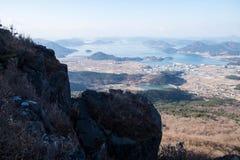 Pico de montanha rochosa e vilas de beira-mar Imagem de Stock