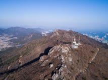 Pico de montanha rochosa e vilas de beira-mar Fotografia de Stock Royalty Free