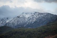Pico de montanha tampado neve Imagens de Stock Royalty Free