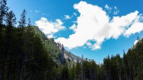 Pico de montanha visto pelo vale imagem de stock