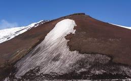 Pico de Monte Etna com neve e as rochas vulcânicas, Sicília, Itália Imagem de Stock
