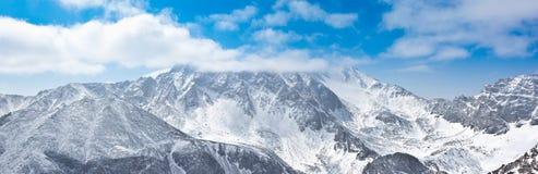 Pico de Munku-Sardyk nas nuvens Fotografia de Stock