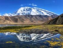 Pico de Muztagata y lago karakul en otoño temprano foto de archivo libre de regalías