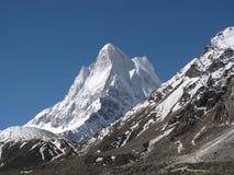 Pico de Neelkanth con la moraine en primero plano Imágenes de archivo libres de regalías