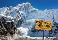 Pico de Nuptse cerca del pueblo de Gorak Shep fotos de archivo libres de regalías