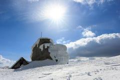 Pico de Omu e abrigo, montanhas de Bucegi, Carpathians do sul, Roménia Fotos de Stock Royalty Free