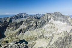 Pico de pedra da escala da montanha contra o céu azul Fundo do curso Feriado, caminhando, esporte, recreação Parque nacional Tatr imagens de stock royalty free