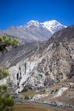 Pico de Pisang e floresta nas montanhas de Himalaya, região de Annapuna, Nepal Fotos de Stock Royalty Free