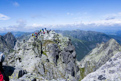PICO DE RYSY, POLÔNIA - 10 DE JULHO: Povos sobre o pico de Rysy em Imagem de Stock Royalty Free