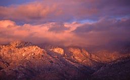 Pico de Sandia en nubes en la puesta del sol imagenes de archivo