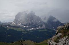 Pico de Sassolungo nas nuvens com alguma neve Imagens de Stock