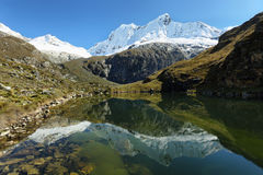 Pico de Shapraraju da fuga de Laguna 69, Peru fotografia de stock royalty free