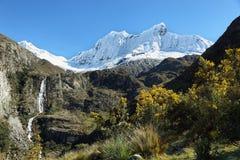 Pico de Shapraraju da fuga de Laguna 69, Peru imagem de stock