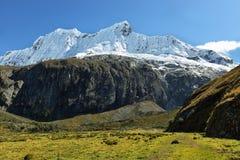 Pico de Shapraraju da fuga de Laguna 69, Peru imagens de stock