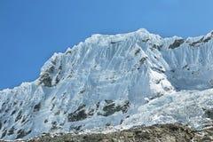 Pico de Shapraraju da fuga de Laguna 69, Peru Foto de Stock Royalty Free