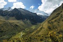 Pico de Shapraraju da passagem de Portachuelo, Peru imagens de stock