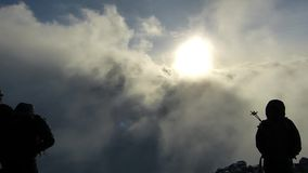 Pico de Uhuru, el top del monte Kilimanjaro en Tanzania, África almacen de metraje de vídeo