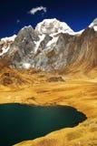 Pico de Yerupaja en Cordiliera Huayhuash imagen de archivo libre de regalías