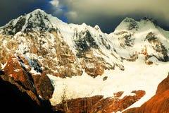 Pico de Yerupaja en Cordiliera Huayhuash imagen de archivo