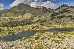 Pico del lago y de Polezhan mountain Foto de archivo